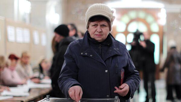 Жительница Тирасполя голосует на одном из избирательных участков во время выборов главы Приднестровья