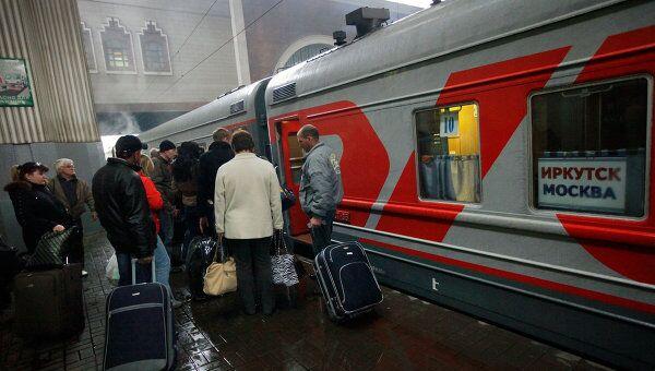 Посадка пассажиров в поезд дальнего следования на Казанском вокзале