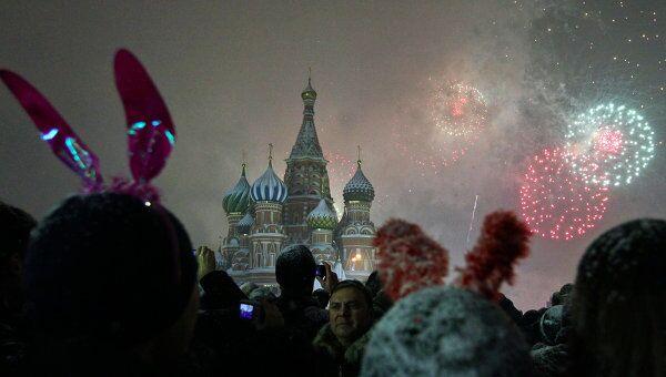 Москвичи и гости столицы встречают Новый год на Красной площади