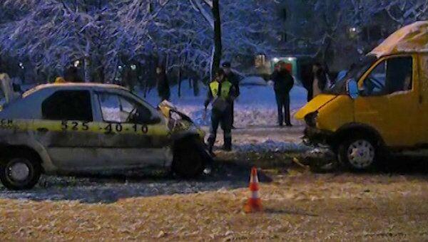 Лобовое столкновение ГАЗели и такси. Видео с места ДТП