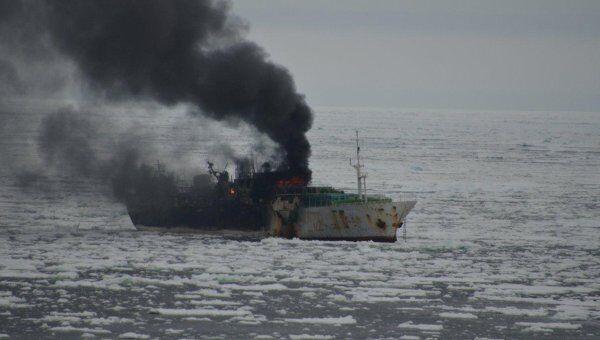 Пожар на южнокорейском рыболовецком судне Jung Woo 2