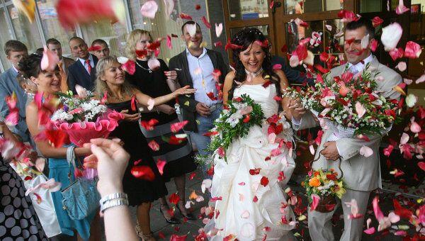 Москвичи смогут пожениться в День влюбленных в 2010 году только в одном ЗАГСе