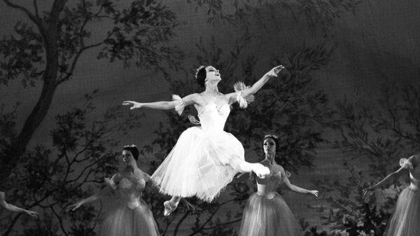 Екатерина Максимова в сцене из балета Шопениана на сцене Большого театра. Архивное фото