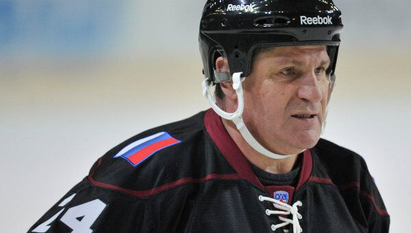 Нападающий команды Фетисова Сергей Макаров в матче легенд латвийского и российского хоккея
