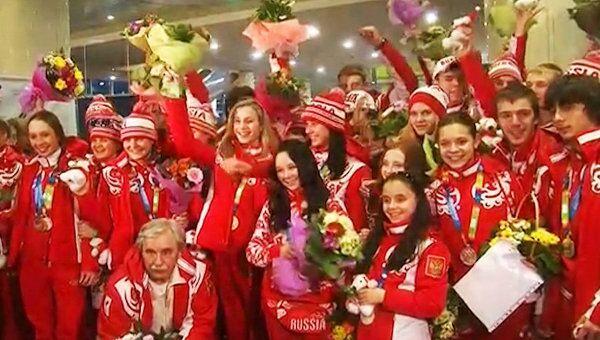 Молодежную сборную России в аэропорту встретили с цветами и флагами