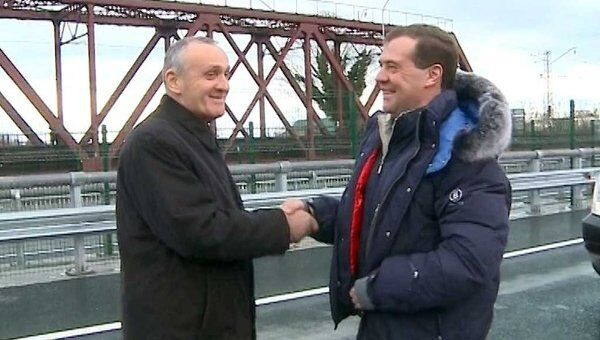 Главы РФ и Абхазии одними из первых прошлись по соединившему страны мосту