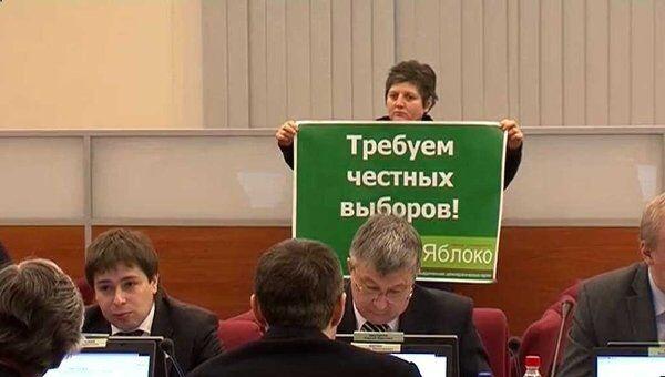 Активистка Яблока устроила пикет в зале во время заседания ЦИК