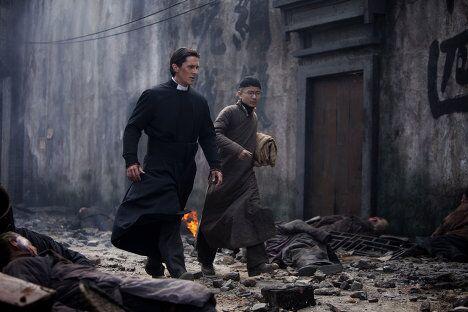 Кристиан Бейл в фильме Цветы войны (Jin ling Shi San Chai)