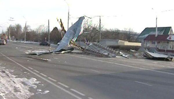 Перевернутые грузовики и сорванные крыши: последствия урагана на Кубани
