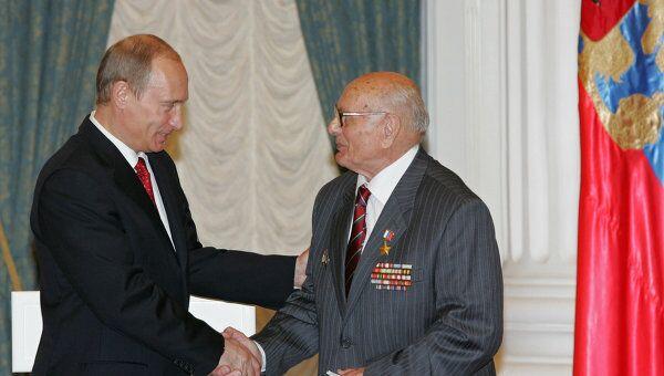 Владимир Путин (слева) поздравил в Кремле ветерана разведки Алексея Ботяна. Архив