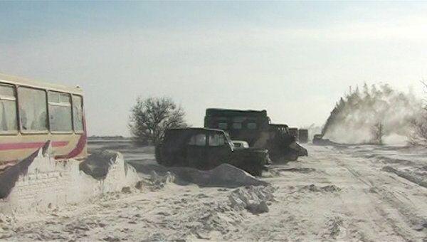Спасатели МЧС вытащили сотни машин из-под снежных завалов в Крыму