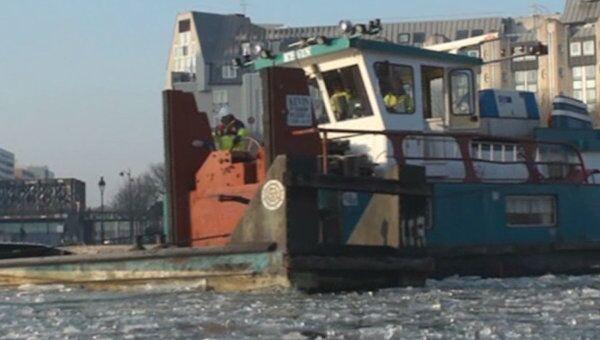 Ледокол с секретом ломает лед в парижских каналах
