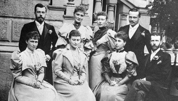 Генерал-губернатор Москвы Великий князь Сергей Александрович (сидит справа), его супруга Елизавета Федоровна (2 слева) и Николай II (стоит слева). Дамы одеты по моде начала ХХ века. Фото 1903 года.