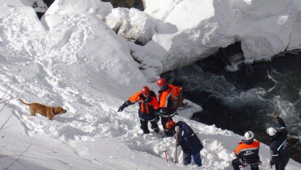 Спасатели МЧС на ликвидации последствий схода лавины. Архив