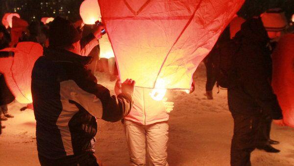 Запуск небесных фонариков, посвященный Дню Святого Валентина в Новосибирске, фото из архива