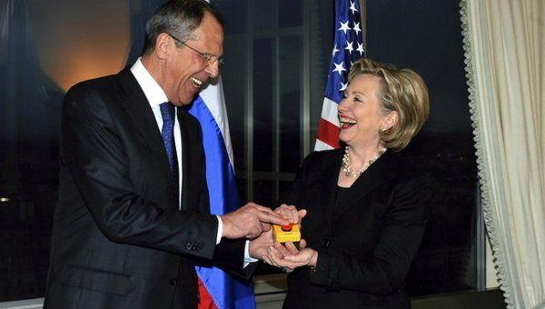 Перезагрузка. Министр иностранных дел РФ Сергей Лавров и Госсекретарь США Хилари Клинтон. Женева. 6 марта 2009 года.