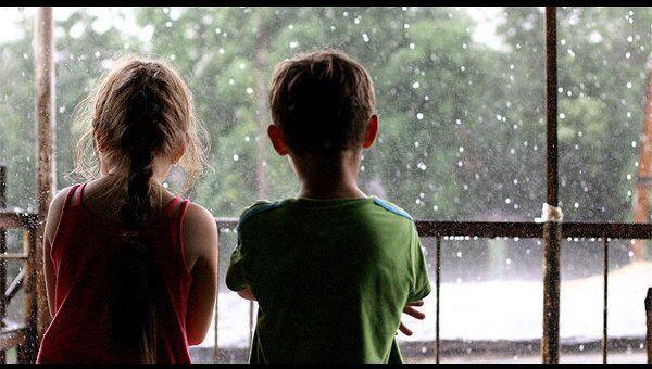 Дети смотрят на дождь