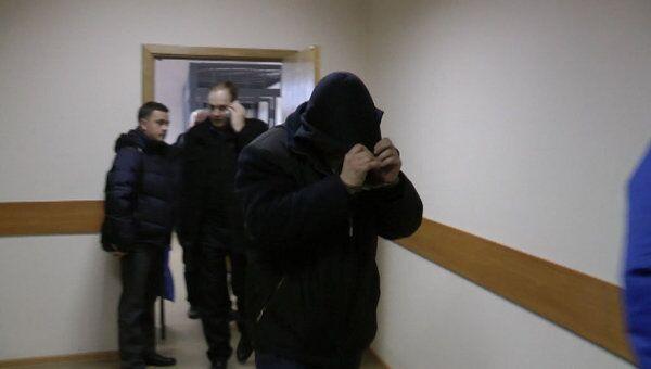 Подозреваемый в избиении подростка закрывал лицо капюшоном в суде