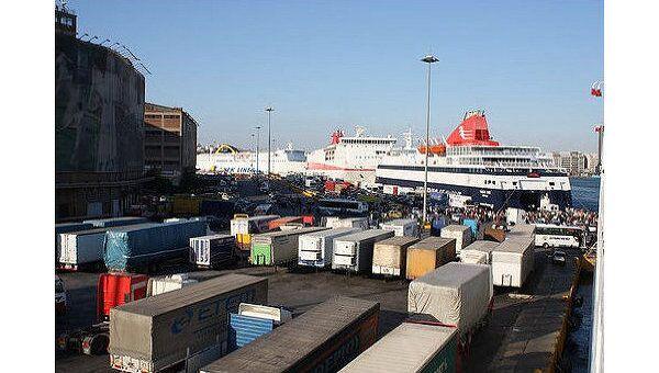 Крупнейший грузовой порт Греции в Пирее