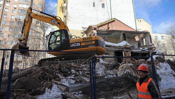 Рабочий на стройплощадке в Большом Козихинском переулке