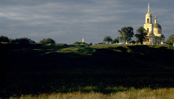 Вид на церковь Преображения Господня и памятник Преподобному Сергию в Радонеже