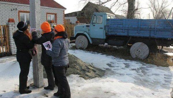 Волонтеры расклеивают ориентировки в Брянске.