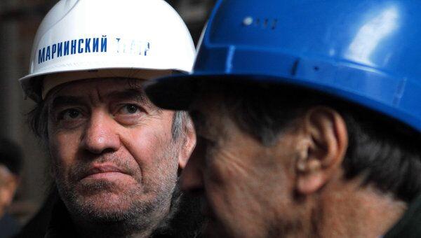 Дирижер Валерий Гергиев общается с рабочими на строительной площадке второй сцены Мариинского театра в Санкт-Петербурге.