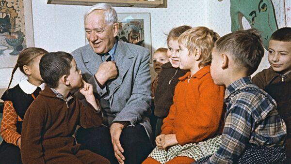 Писатель К.Чуковский с детьми