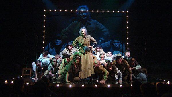 Сцена из спектакля Мамаша Кураж и ее дети Алтайского театра драмы им. В.М. Шукшина