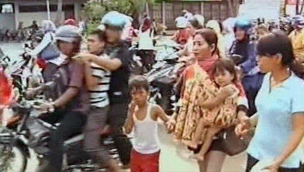 Индонезийцы возвращаются домой после снятия угрозы цунами
