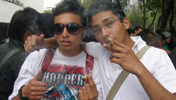 Акция за легализацию марихуаны в Мексике. Марихуану курили прямо у здания сената. Архив