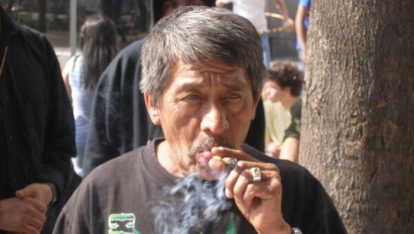 Акция за легализацию марихуаны в Мексике. Курильщик марихуаны. Архив