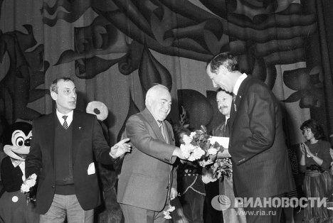 Советский режиссер-мультипликатор Федор Хитрук и вице-президент компании Уолт Дисней компани Рой Дисней