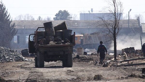 Разбор завалов на месте сгоревшего жилья в Тыгде