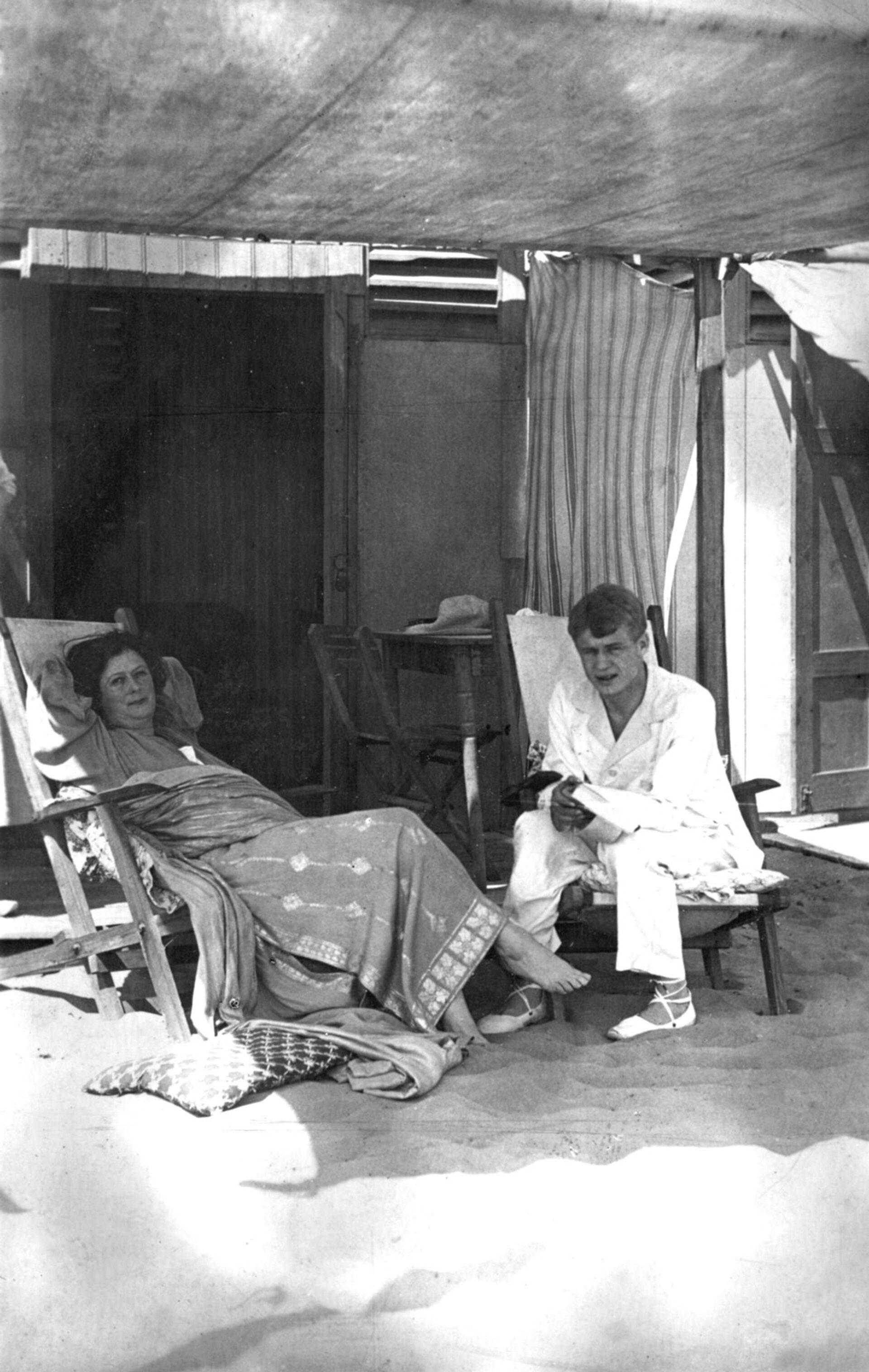 Сергей Есенин и Айседора Дункан на пляже при гостинице ExcelsiorPalaceHotel. Фото сделано 14 августа 1922 года - РИА Новости, 1920, 11.09.2020