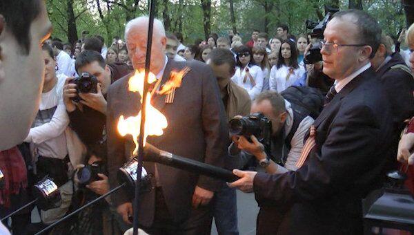 Факелы в память о ветеранах пронесли под барабанную дробь в Москве