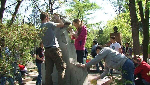 Актеры отмыли памятник Станиславскому на субботнике в Москве