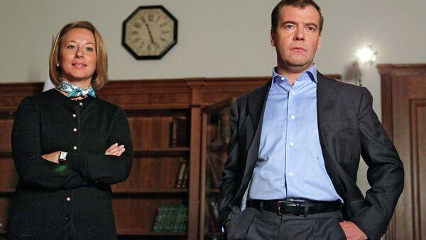 Пресс-секретарь президента РФ Наталья Тимакова и Дмитрий Медведев. Архивное фото