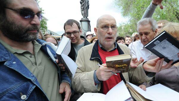 Писатель Борис Акунин раздает автографы во время акции Контрольная прогулка на Пушкинской площади.