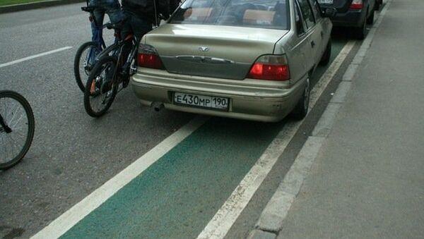 Велодорожка, на которой паркуется автомобиль. Архив
