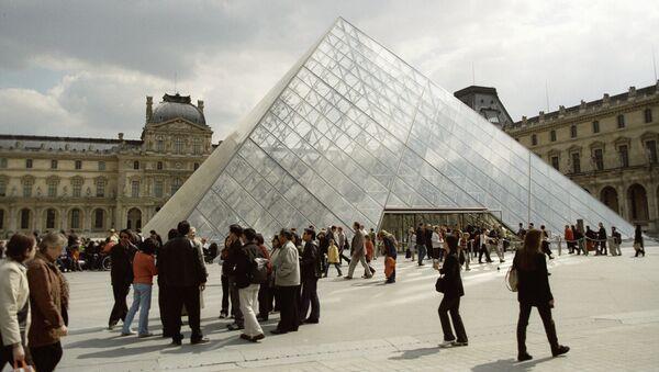 Стеклянная пирамида над входом в Лувр. Архивное фото