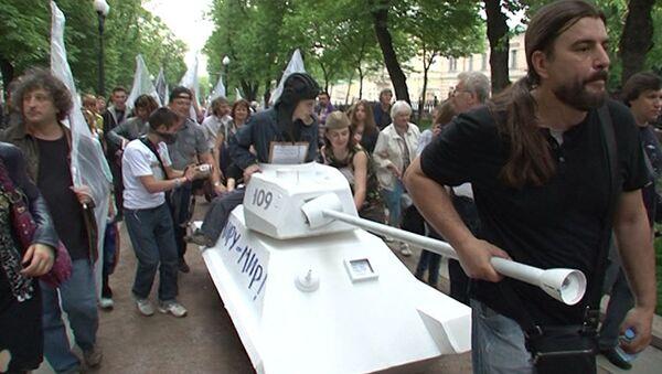 Кочевой музей на тележках: художники прокатили свои произведения по Москве