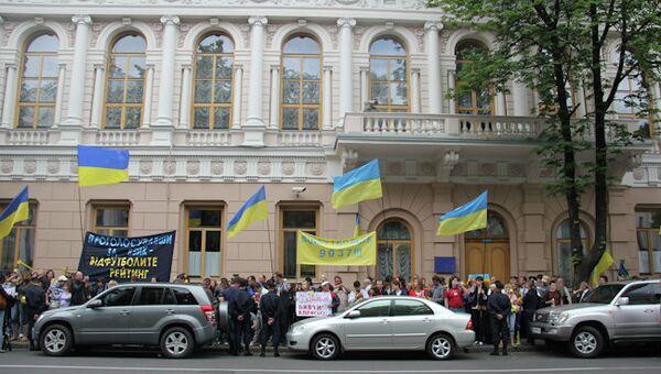 Акция протеста против повышения статуса русского языка в Украине. Архив