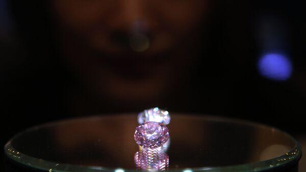 Редчайший розовый бриллиант. Архивное фото