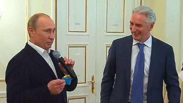 Хоккеисты сборной России отдали Путину свою золотую медаль ЧМ-2012