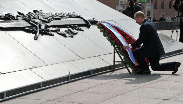 Президент РФ Владимир Путин на церемонии возложения венка к мемориалу Победы в Минске
