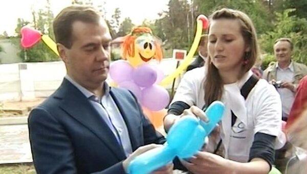 Медведев сделал голубую собачку из воздушного шарика