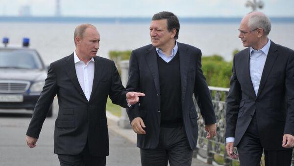 Президент России Владимир Путин во время встречи с председателем Еврокомиссии Жозе Мануэлом Баррозу и председателем Европейского Совета Херманом Ван Ромпеем (слева направо) в пригороде Санкт-Петербурга Стрельне