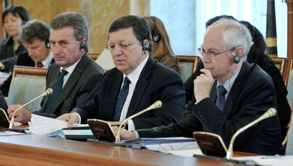 Председатель Европейского Совета Херман Ван Ромпей и председатель Еврокомиссии Жозе Мануэл Баррозу (справа налево) во время заседания участников встречи на высшем уровне Россия – Европейский союз