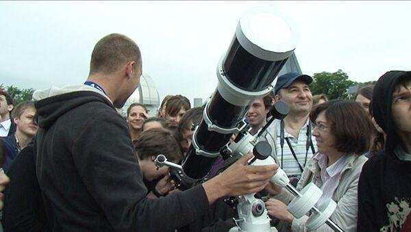 Москвичи толкались у телескопа в попытках разглядеть Венеру на фоне Солнца